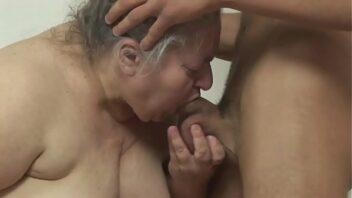 Sexo com velhas de 80 anos transando no sofá
